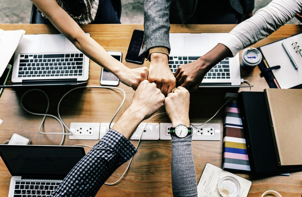 https://pixabay.com/de/photos/team-team-building-erfolg-computer-3373638/